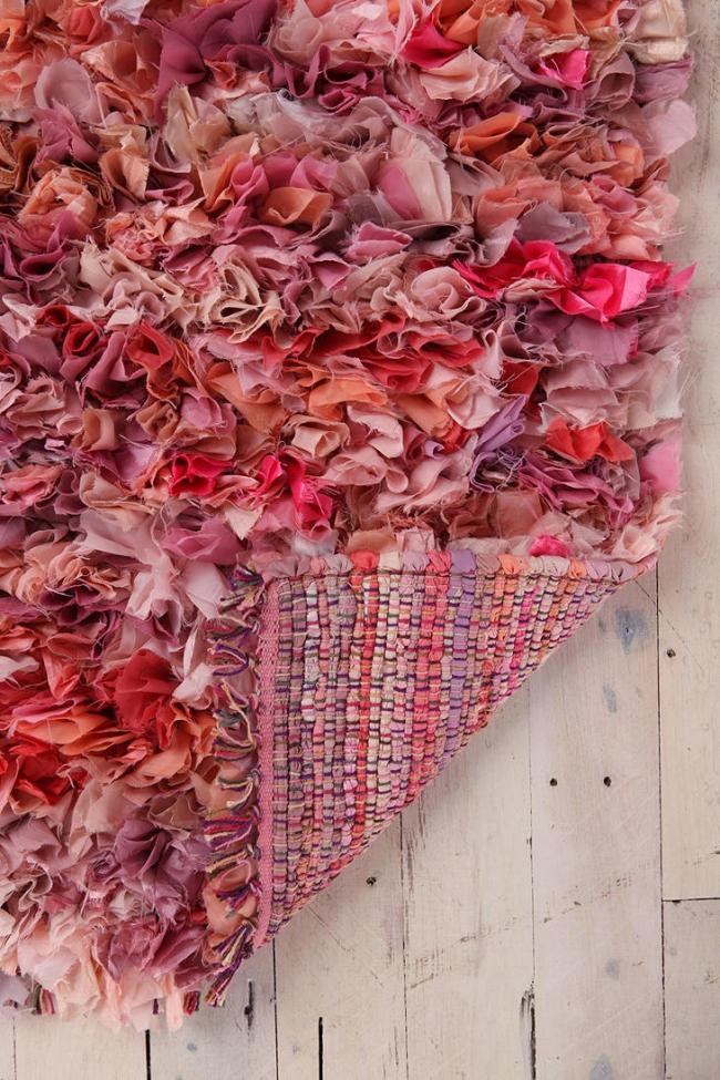 Une autre version du tapis d'herbe, fabriqué à partir de chutes de tissu selon la technique de tissage