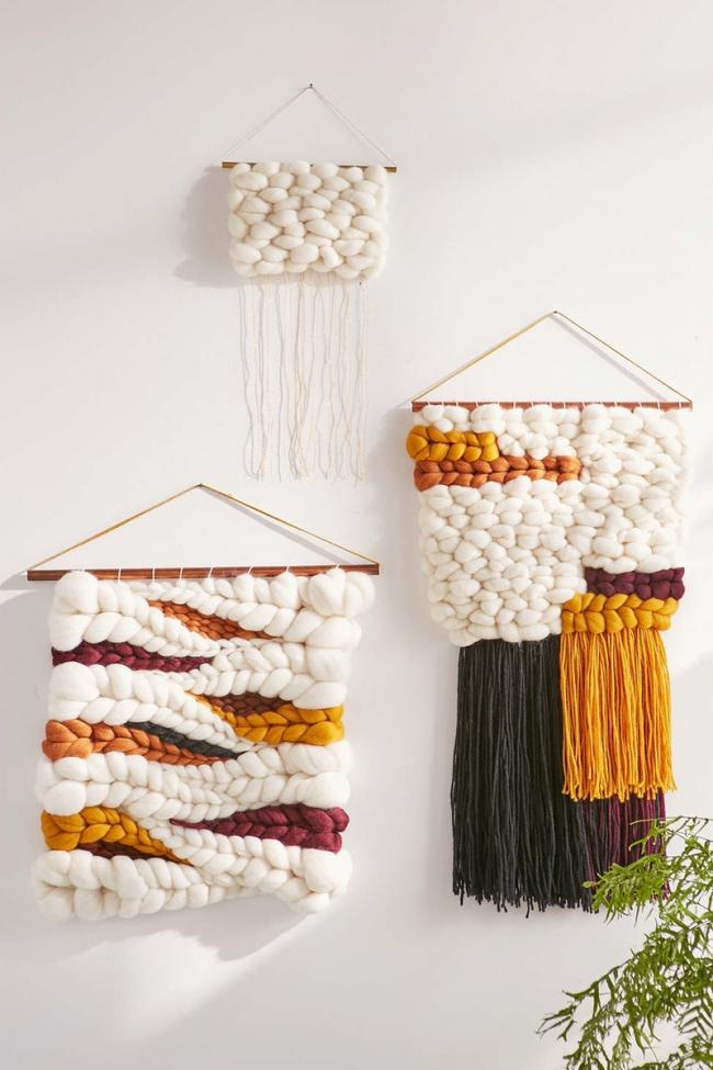 Aussi, à partir de fils très épais, vous pouvez créer des tapisseries très insolites qui deviendront une décoration originale des murs de votre maison.