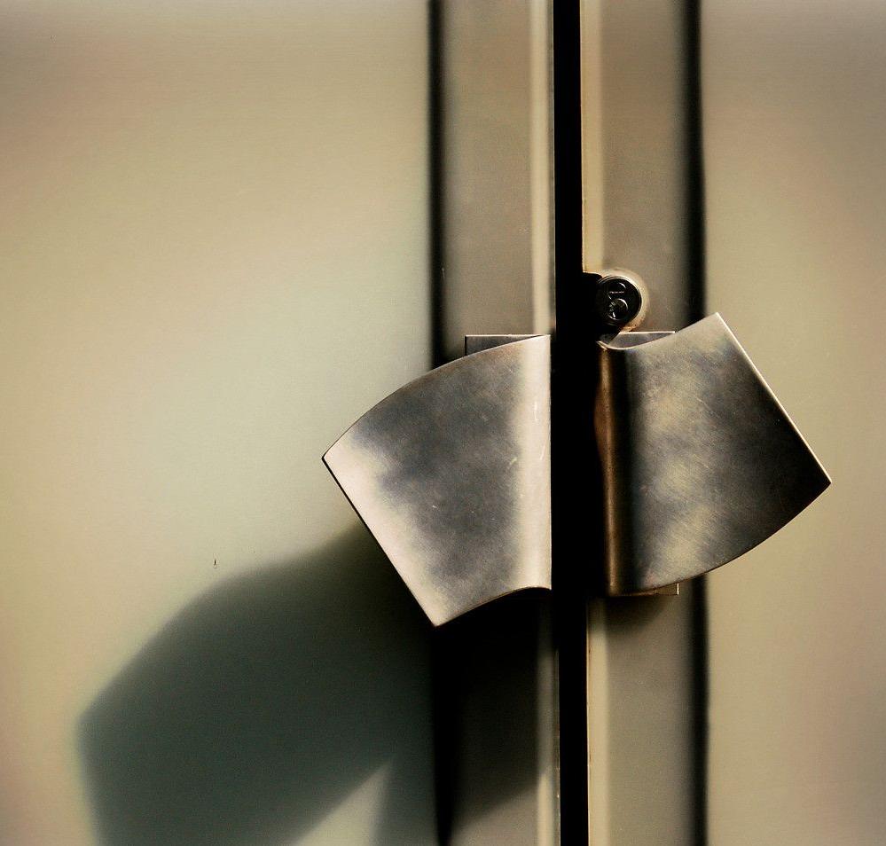 La poignée de porte peut bien devenir une décoration indépendante à l'intérieur.
