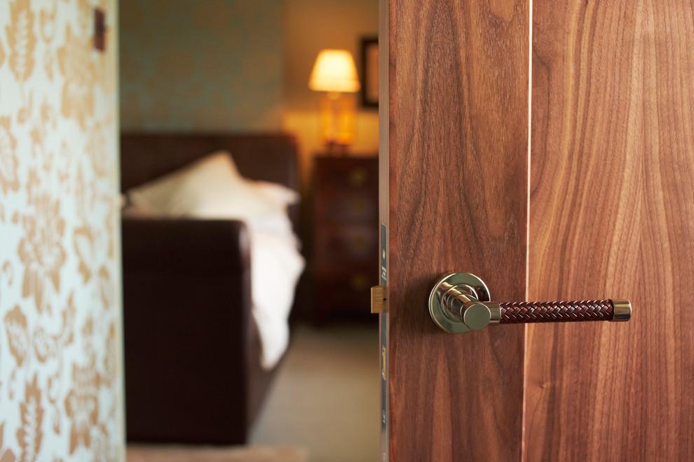 Le type de poignées de porte le plus populaire sont les poignées à levier sur planches.