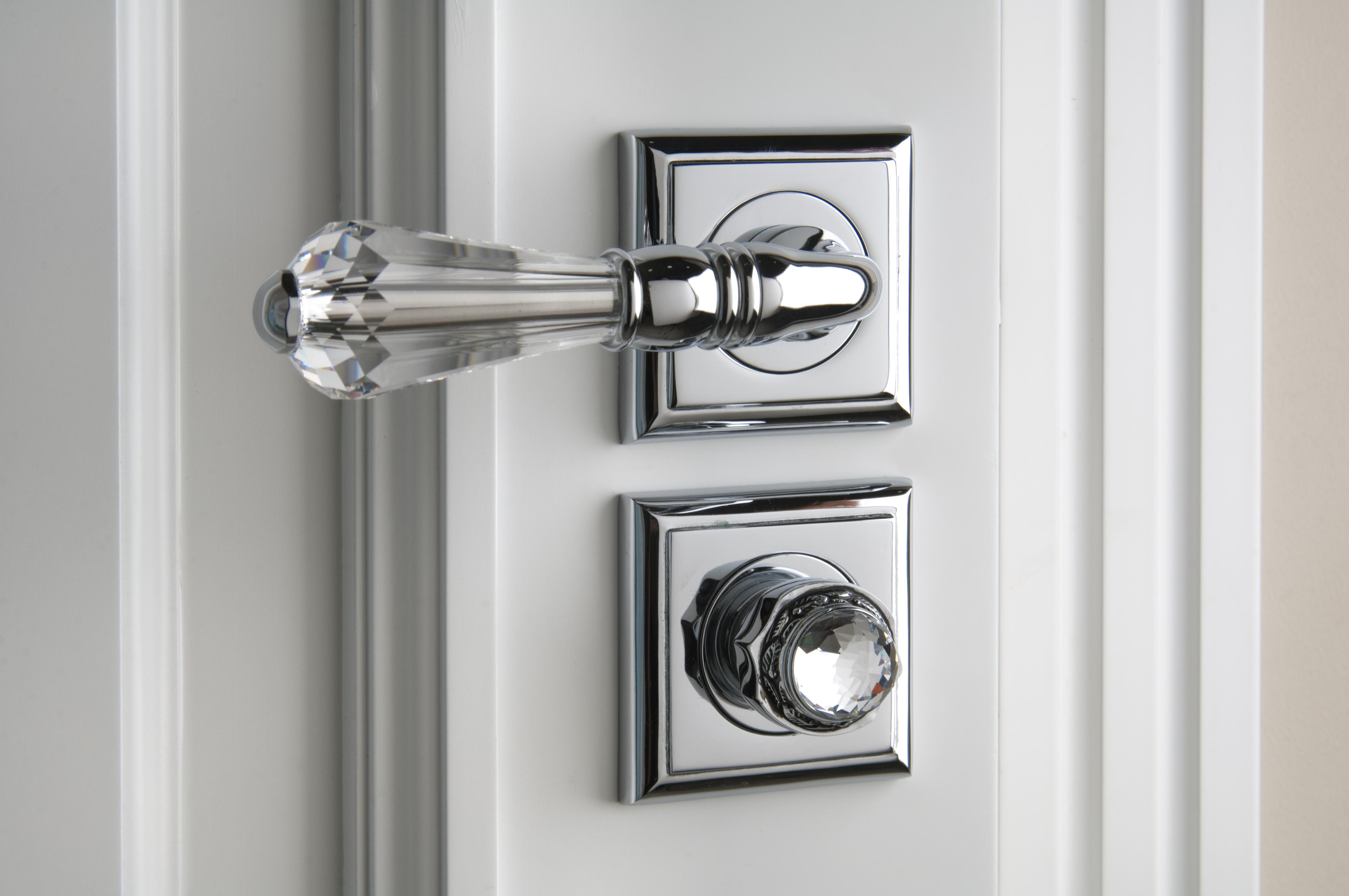 Association du verre et du métal dans la fabrication d'un accessoire de porte