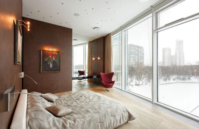 intérieur de la chambre avec fenêtres panoramiques
