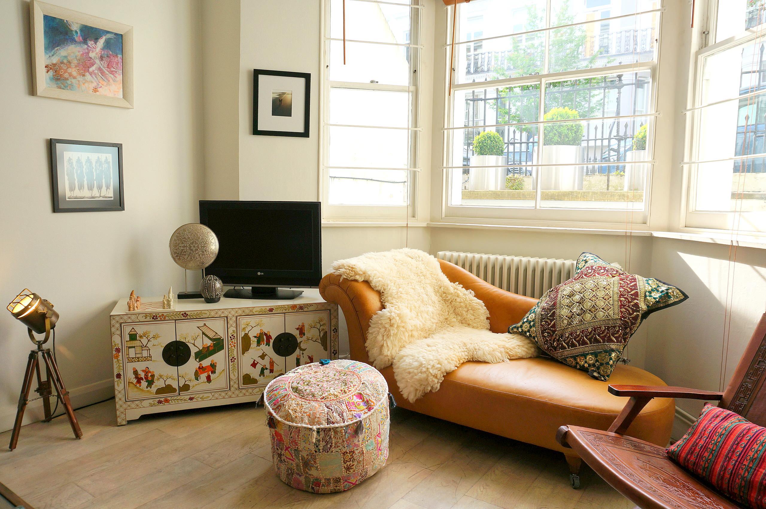 Canapé ocre confortable à l'intérieur du salon