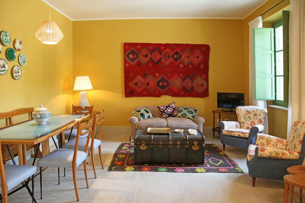 Salon spacieux et très cosy décoré dans des couleurs chaudes