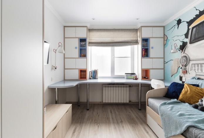 armoire avec une table autour de la fenêtre à l'intérieur