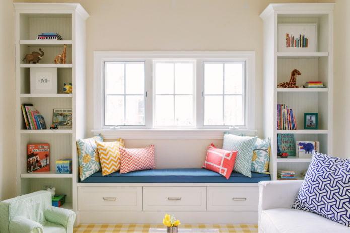 armoire avec un canapé autour de la fenêtre à l'intérieur