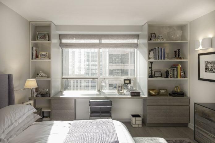 armoire avec étagères ouvertes autour de la fenêtre à l'intérieur