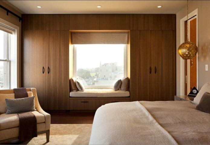 casiers autour de la fenêtre à l'intérieur de la chambre