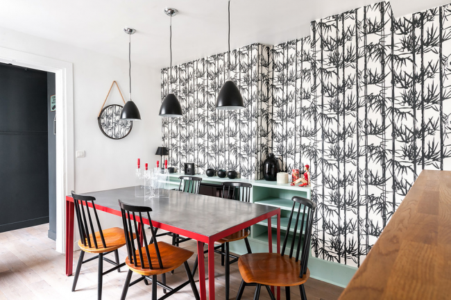Une solution très fraîche pour décorer la salle à manger, malgré l'avantage du noir et blanc, des accents rougeâtres vifs dilueront l'intérieur monochrome
