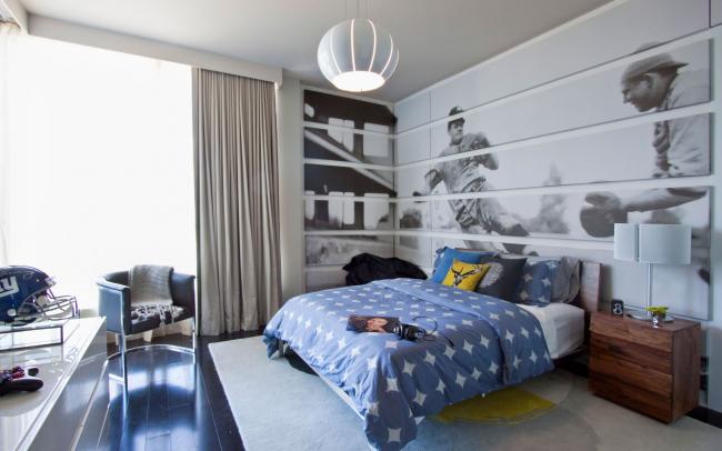 Chambre spacieuse pour un adolescent avec un grand graphique sur tout le mur