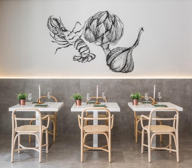 Graphiques rétroéclairés intéressants à l'intérieur d'un café confortable aux couleurs claires