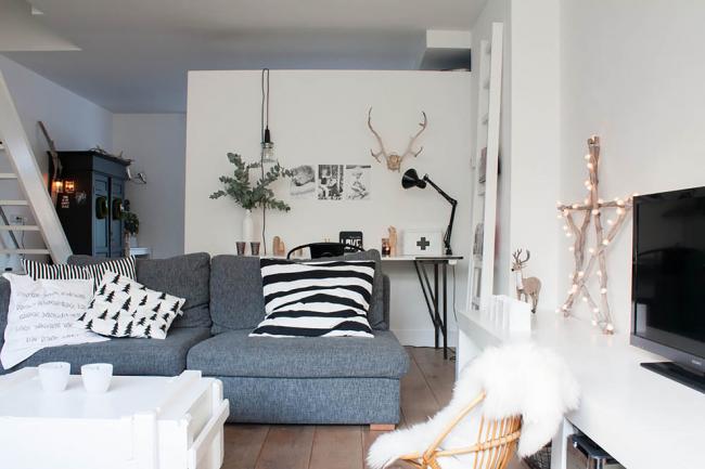 Impressions graphiques originales sur coussins dans l'espace loft du salon d'une maison particulière