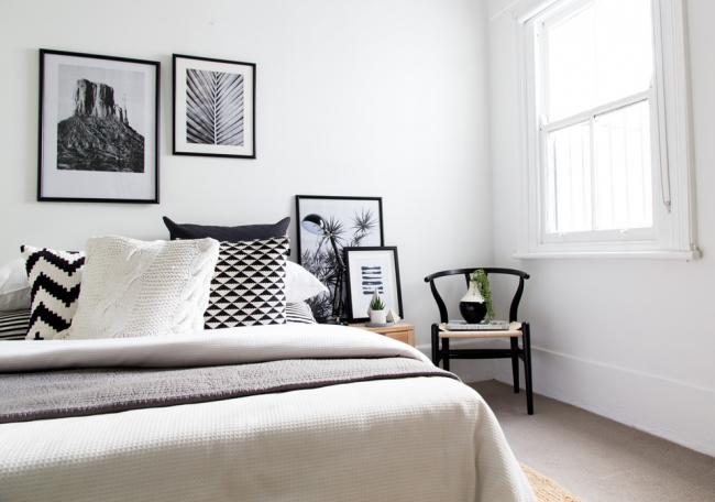 Intérieur de chambre noir et blanc au design scandinave