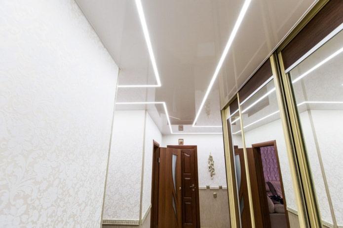 lignes lumineuses au plafond à l'intérieur