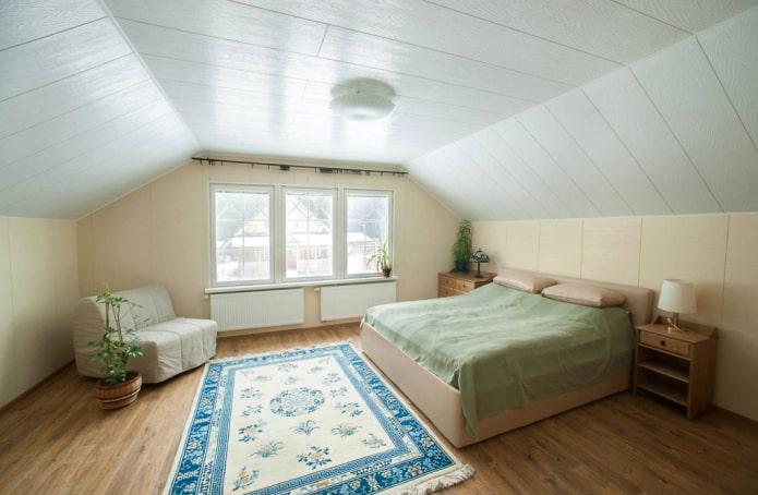 panneaux de plafond en PVC dans la chambre mansardée