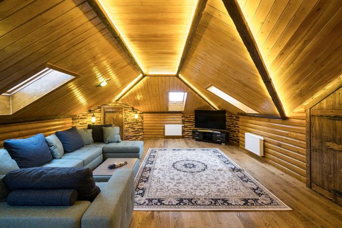 doublure de plafond dans le salon dans le grenier