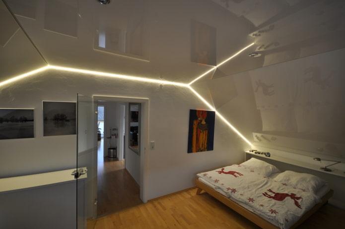 toile tendue avec éclairage dans la chambre au grenier