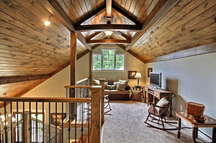 structure de plafond en bois dans le grenier avec un toit à pignon