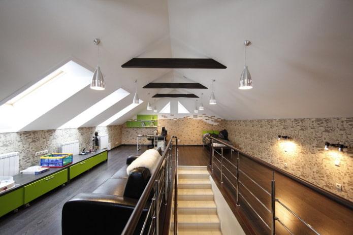 lustres au plafond dans le grenier