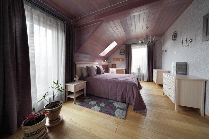structure de plafond lilas dans le grenier