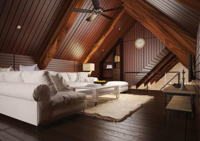 structure de plafond en bois dans le salon mansardé