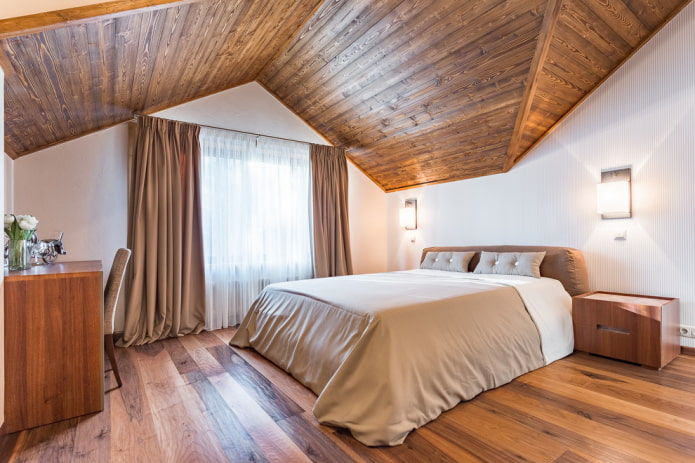 plafond en bois dans la chambre mansardée