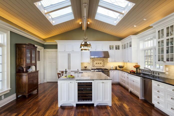 structure de plafond dans la cuisine à l'étage du grenier