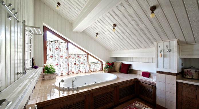 plafond en bois dans la salle de bain à l'étage du grenier