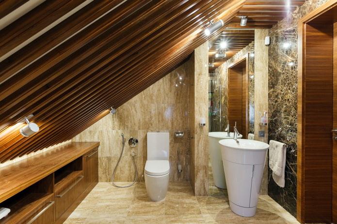plafond à lattes dans les toilettes du grenier