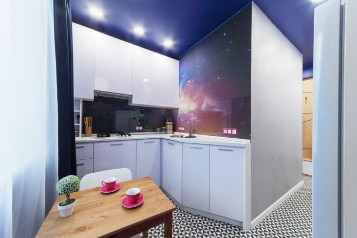 projecteurs sur un plafond tendu à l'intérieur de la cuisine
