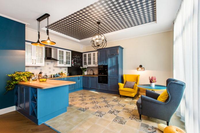 plafond tendu avec un lustre à l'intérieur de la cuisine