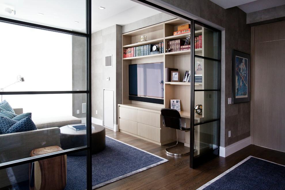 Les portes coulissantes en verre ont l'air originales dans un intérieur moderne