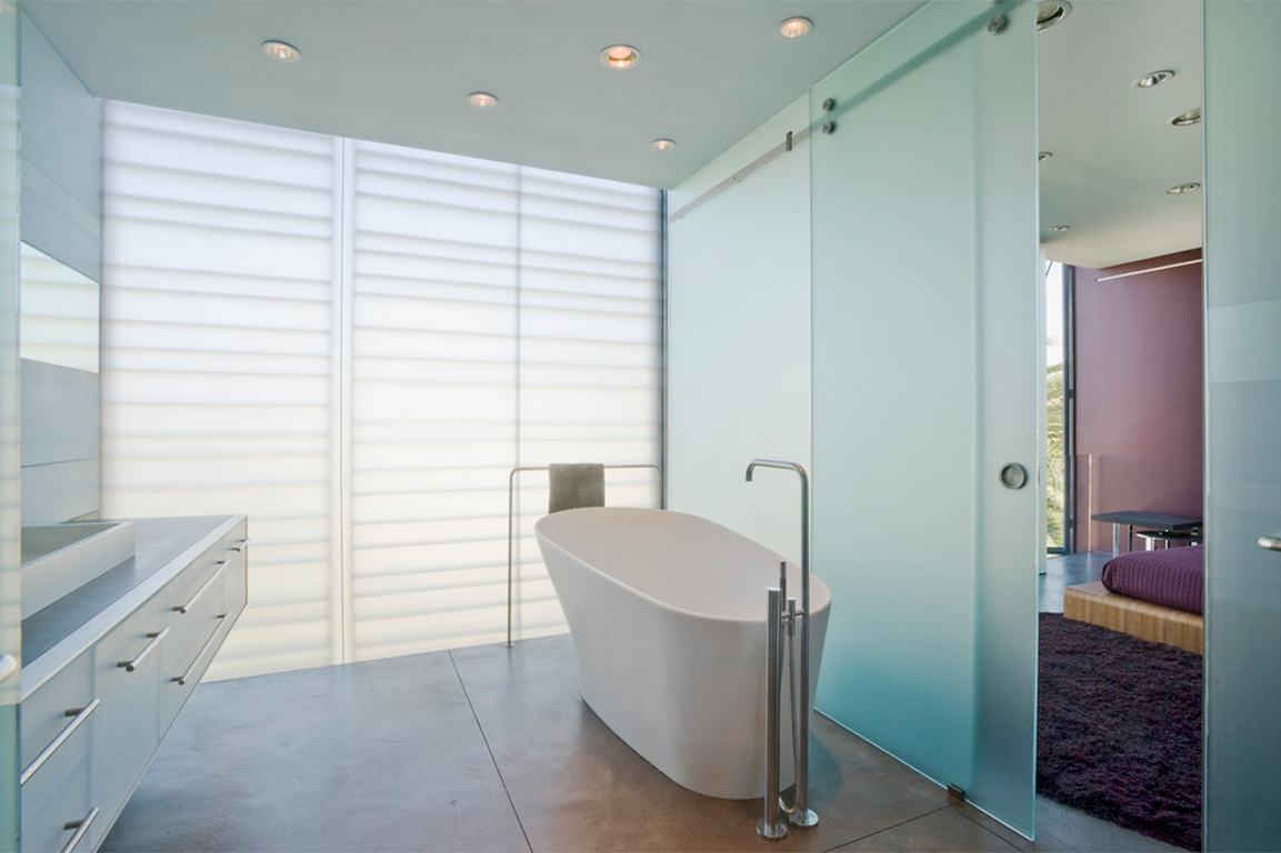Salle de bain lumineuse avec porte coulissante