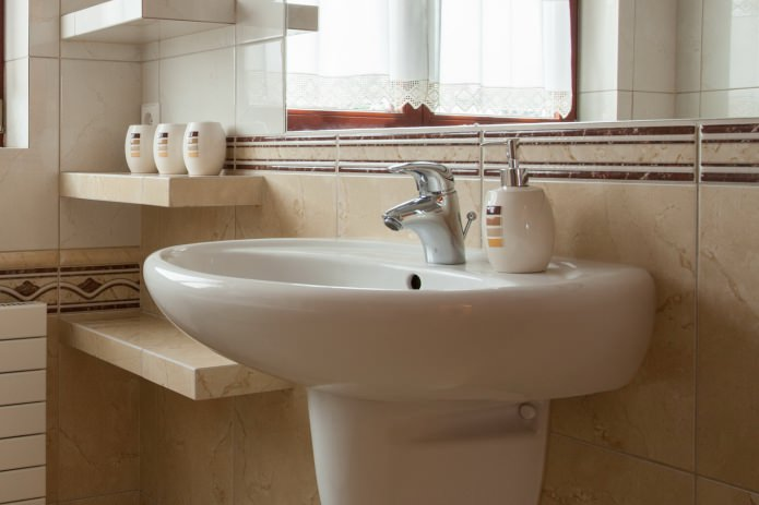 lavabo blanc à l'intérieur de la salle de bain