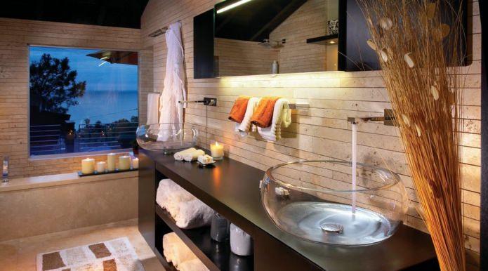 lavabo en verre à l'intérieur de la salle de bain