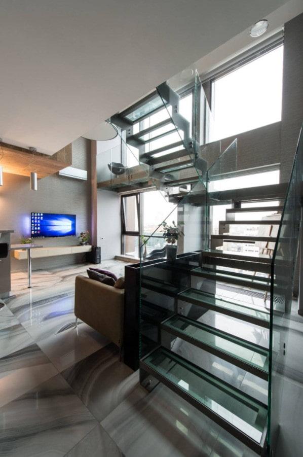 escalier en verre dans la maison