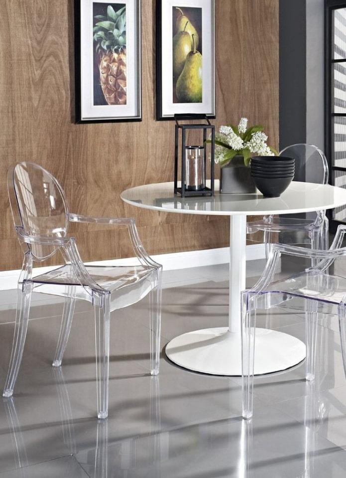 chaise transparente à l'intérieur