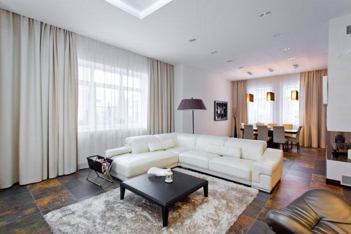 grand canapé d'angle blanc avec revêtement en cuir