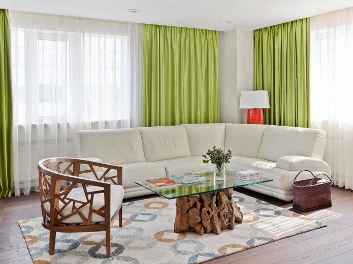 rideaux verts et canapé blanc