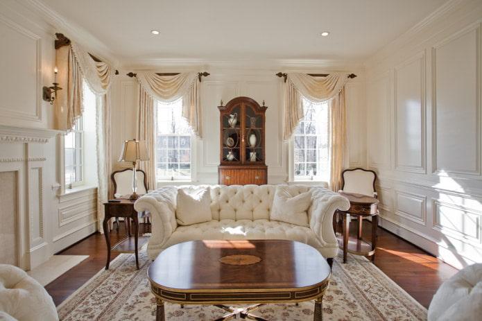 rideaux beiges et canapé blanc
