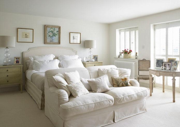 canapé blanc dans la chambre