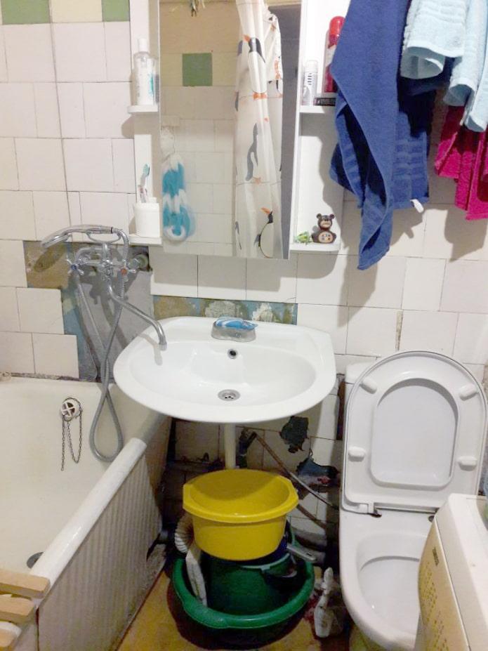 salle de bain à Khrouchtchev avant rénovation