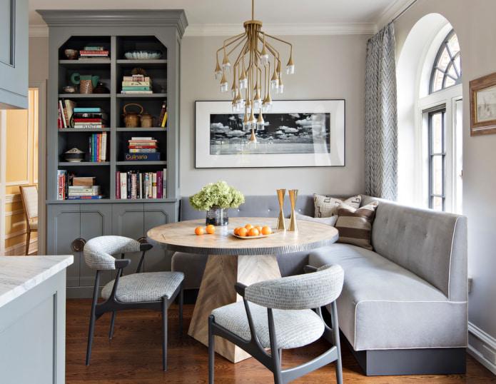 canapé d'angle gris clair dans la salle à manger