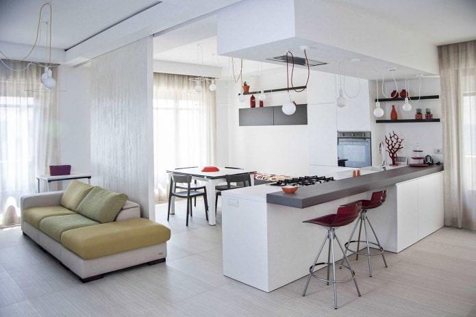 Intérieur cuisine-salon en blanc