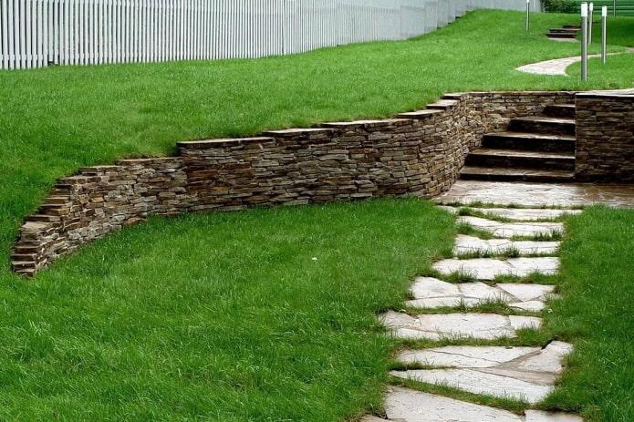 murs d'ardoise dans le jardin