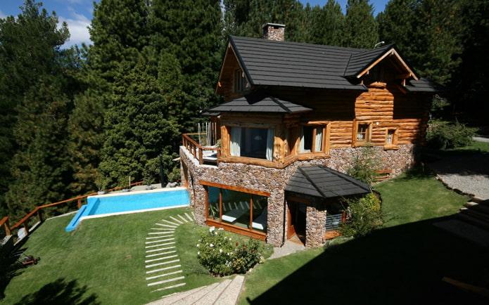 maison en bois avec piscine dans les plaines