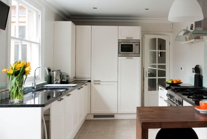 cuisine spacieuse dans une pièce carrée