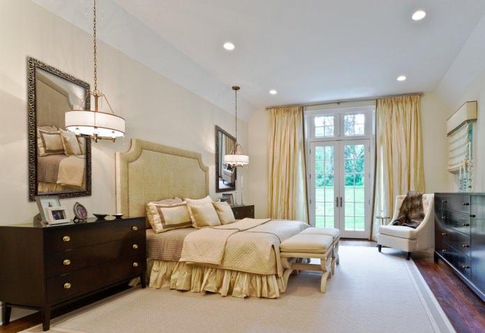 rideaux de soie jaune dans la chambre