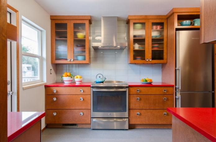 cuisine rétro avec armoires en bois