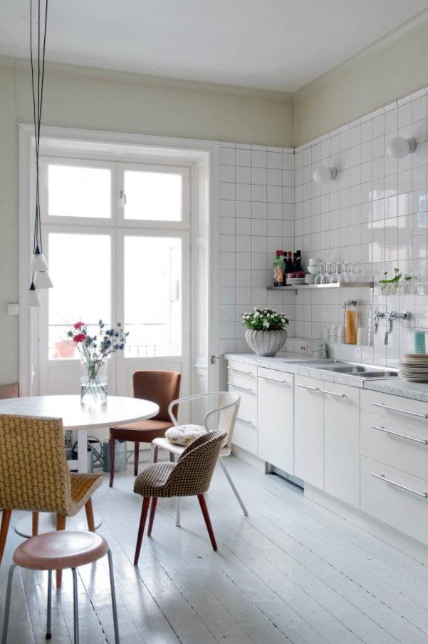différentes chaises dans la cuisine